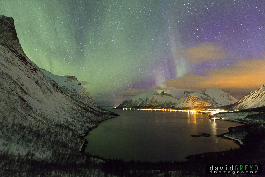 Aurore boréale au dessus d'un fjpord - Norvège